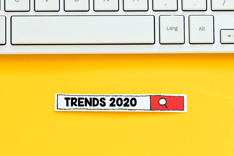 """Tastatur und Suchbalken mit """"Trends 2020"""" auf gelbem Hintergrund"""